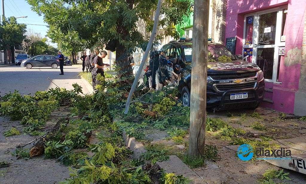 Por milagro no fue una tragedia: patrullero chocó y terminó en la vereda