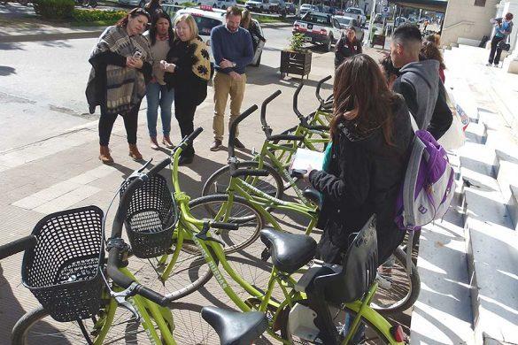 Meiners entregó 10 bicicletas recuperadas a vecinos